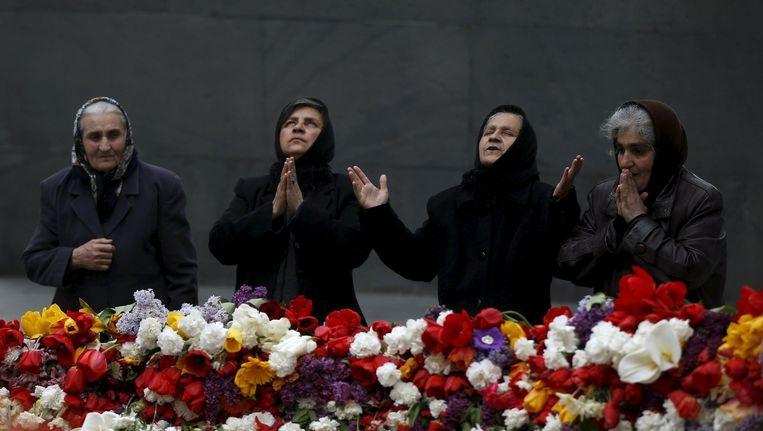 Vrouwen rouwen bij een herdenkingsmonument in Yerevan in Armenië Beeld reuters