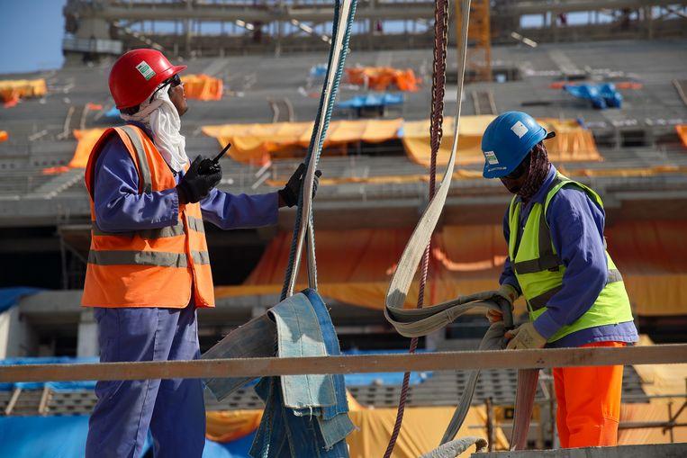 Bouwvakkers werken aan het Lusailstadion, waar volgend jaar WK-wedstrijden worden gespeeld. Beeld Getty