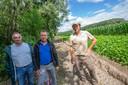 Grondeigenaar Erik Van Wilderode, burgemeester Steven Van Linthout (CD&V) en boswachter Tom Brichau bij de nieuwe wandelweg