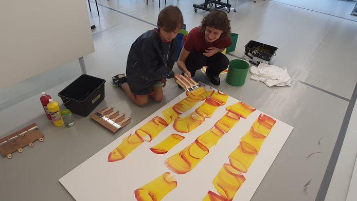 Romee van Oers geeft les tijdens Summer School in het Stedelijk Museum Breda.