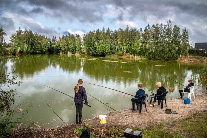 Kinderen aan het vissen in Groesbeek. Met hun actie wisten ze de vissen te redden en is de kans groter dat ze wat vangen.