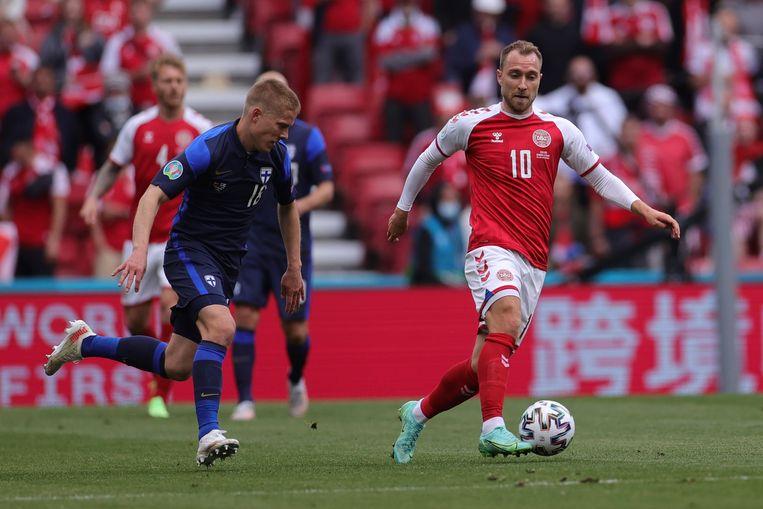 Christian Eriksen aan de bal kort voordat hij instortte in de EK-match tegen de Finnen.   Beeld AP