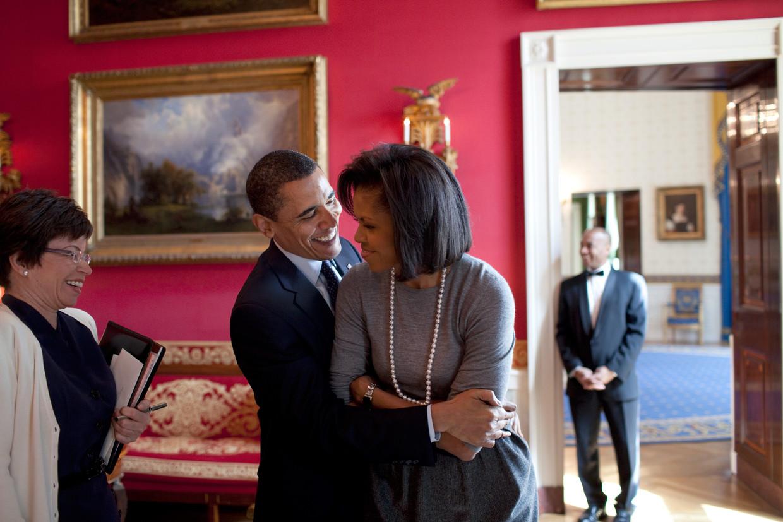Barack Obama omhelst zijn vrouw Michelle, naast hem zijn adviseur Valerie Jarrett, maart 2009. Beeld  Getty Images