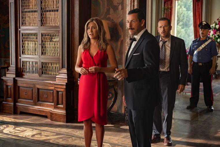 Jennifer Aniston en Adam Sandler in 'Murder Mystery'.  Beeld Netflix