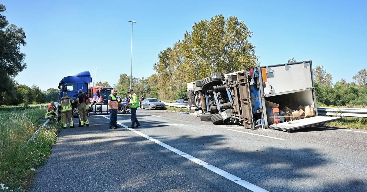 A58 richting Eindhoven blijft uren dicht: gekantelde vrachtwagen sluit volledige weg af.