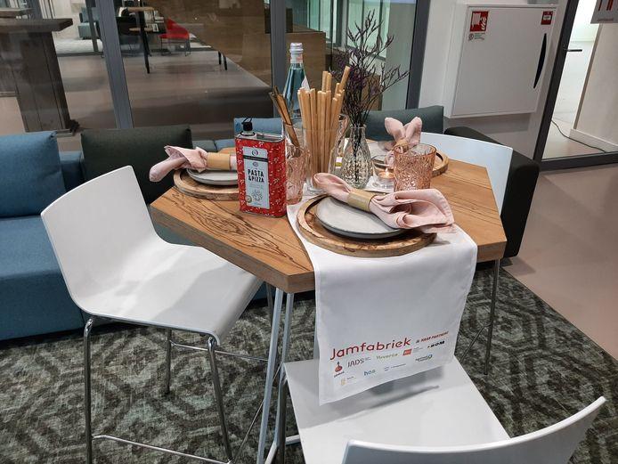 Cateringbedrijf Happaz zorgde voor het dekken van de tafels en de hapjes. Op ieder tafel stond een prijswinnende olijfolie van olijfoliesommelier Wilma van Grinsven.