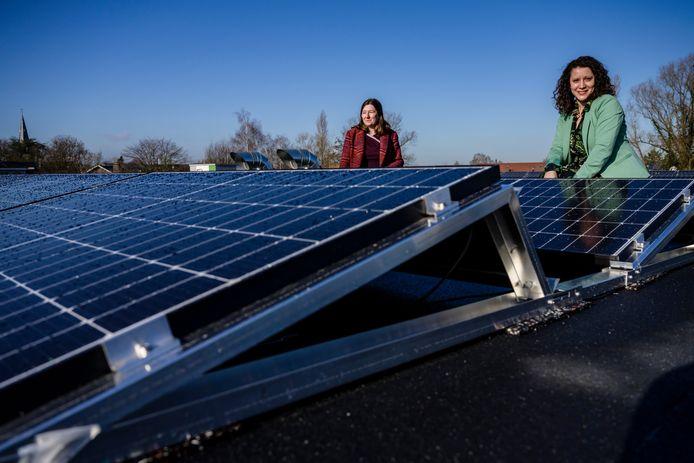 Op het dak van de school werden in totaal honderd zonnepanelen geplaatst.