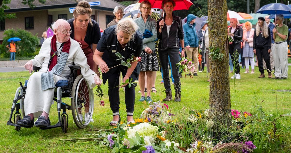 Wolfheze herdenkt slachtoffer van ongeval op spoorwegovergang: 'Waar een klein dorp groot in is'.