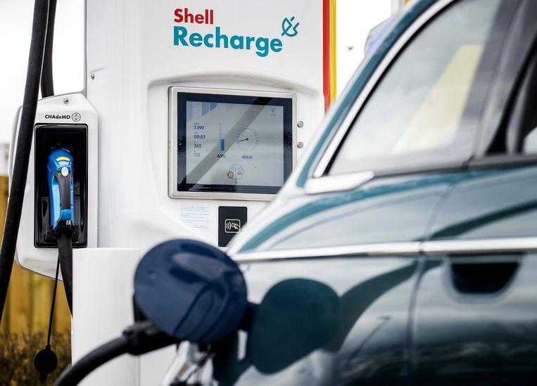 Een laadpaal voor elektrische auto's bij een tankstation van Shell. Aanschafsubsidies voor elektrische auto's voor particulieren zouden het hele jaar door moeten gelden, vindt de autobranche. Beeld ANP