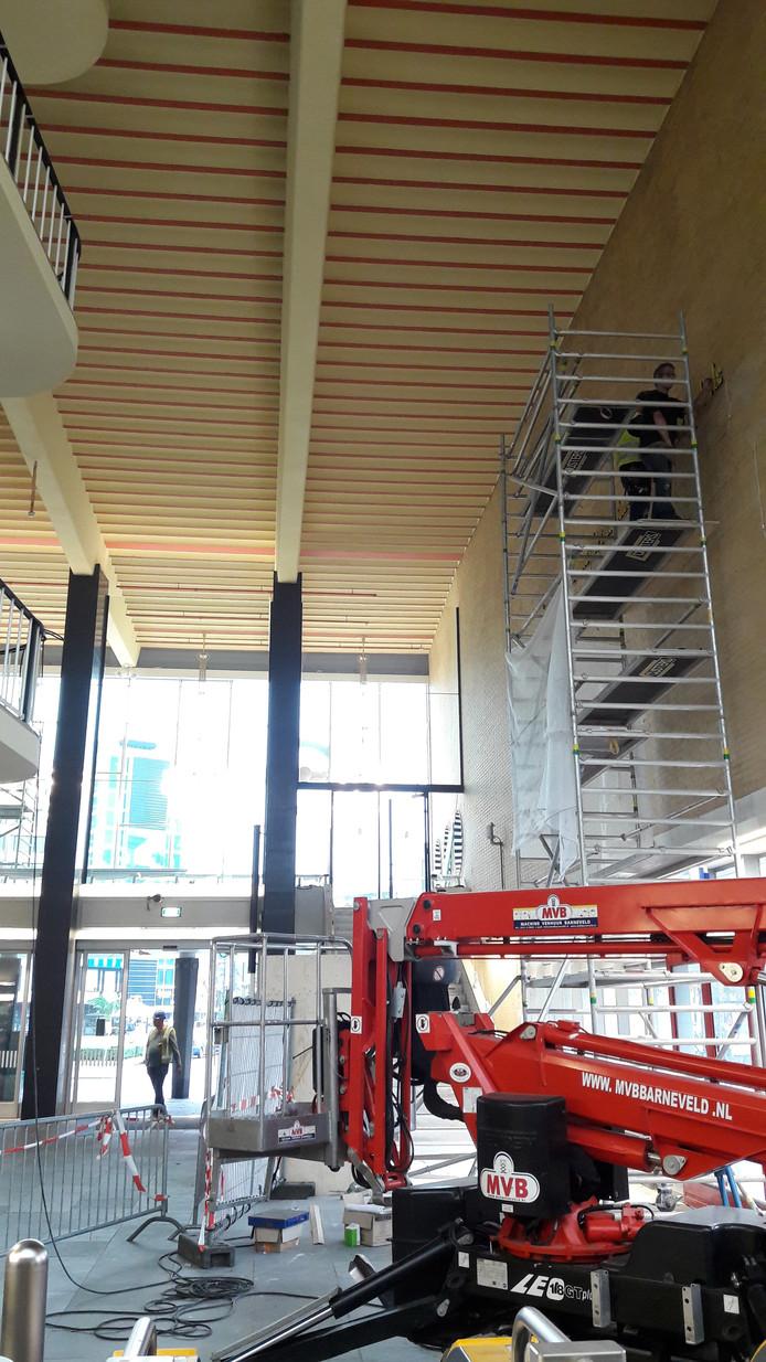 Kunstwerk met tekst van Mondriaan hangt weer bijna in station Eindhoven.