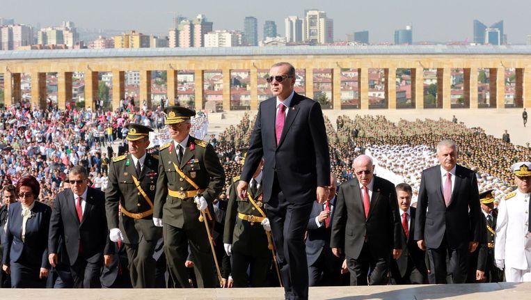 Dick Advocaat is trainer van Fenerbahce in Turkije, waar na de recente militaire coup tienduizenden ambtenaren zonder weerwoord door president Erdogan (foto) zijn ontslagen omdat ze aanhangers van zijn tegenstander Gülen zouden zijn. Beeld AFP