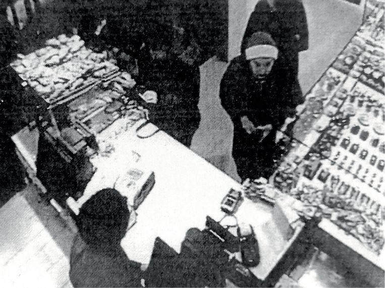 'Bij de bakker droeg Clara een mantel en een muts. Toen ze later bij Suzanne vertrok, droeg ze geen mantel meer.' (Foto: een beeld van de bewakingscamera. Beeld