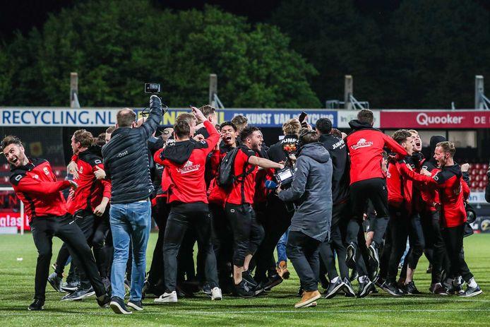 Spelers van Go Ahead vieren feest, nadat ze promoveren.