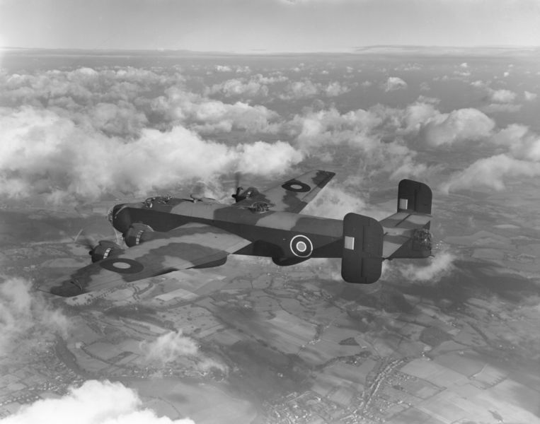 De Handley Page Halifax III, op 28 januari 1944. Eenzelfde soort vliegtuig stortte in mei 1944 neer bij Hank in Noord-Brabant.  Beeld Getty