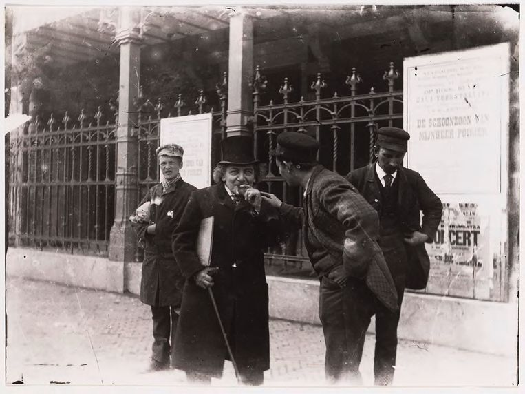 Leon Boedels – met sigaar en hoge hoed – in 1903 voor de Stadsschouwburg. Beeld Stadsarchief Amsterdam