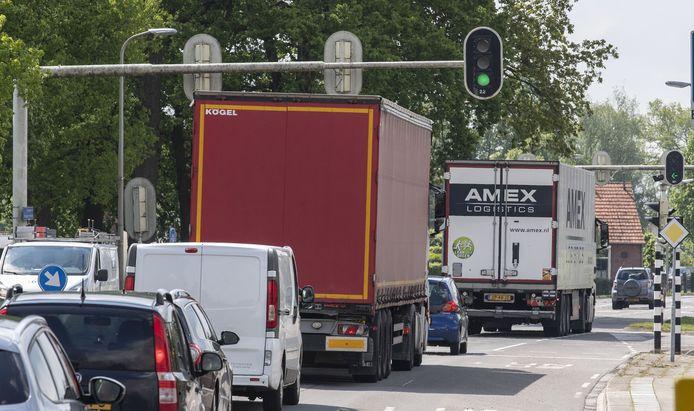 Zwaar vrachtverkeer dendert nog steeds dwars door Eibergen. Berkelland heeft voorlopig geen geld voor aanpak oude N18