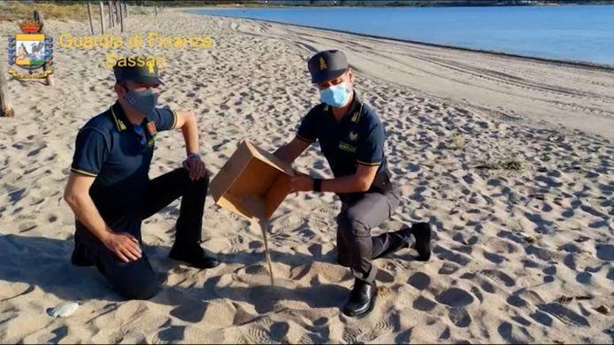 Politie betrapt toeristen met gestolen zand