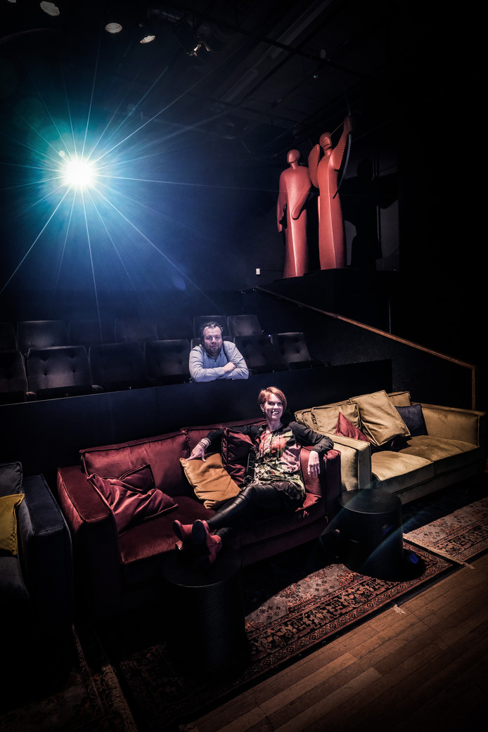 John von der Linden en Ester van der Haar - respectievelijk programmaleider en directeur van De Gruitpoort - in de nieuwe zaal van het filmhuis.