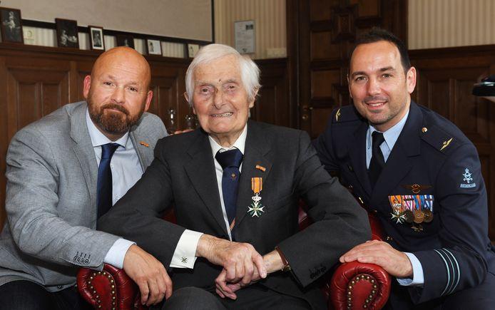 Kenneth Mayhew in 2019 met collega-dragers van de Militaire Willemsorde Marco Kroon (links) en Roy de Ruiter.