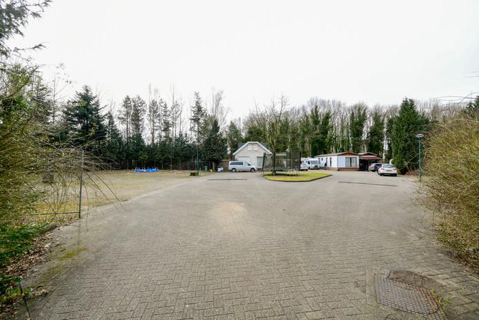 Het woonwagenkamp aan de Oranjetip in Son en Breugel is momenteel vooral erg leeg.