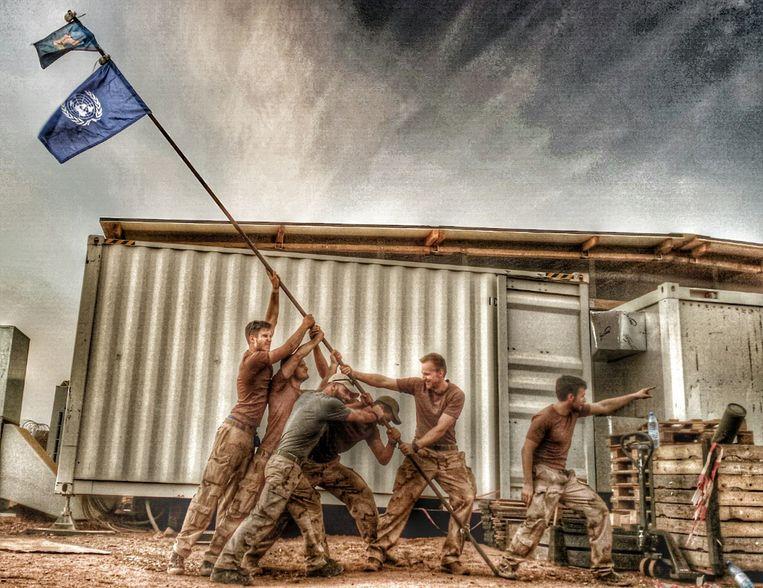 Nederlandse manschappen van MINUSMA. De foto is een reproductie van de iconische Iwo Jima-foto, met de zes Amerikaanse militairen die de vlag planten in de grond van Mount Suribachi, op 23 februari 1945, tijdens de slag om Iwo Jima. Beeld Alex 'Lonny'