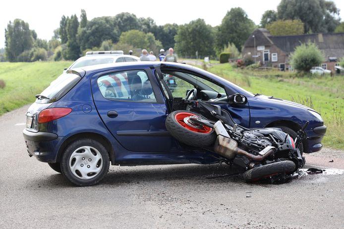 De motorrijder is met onbekende verwondingen overgebracht naar het ziekenhuis.