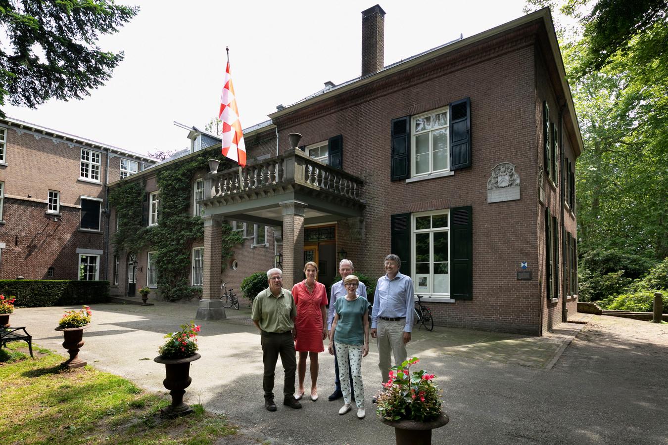 De hoofdingang van het kasteel, met ervoor het bestuur van de stichting Landgoed Kasteel Geldrop. V.l.n.r.: Jan Vellekoop, Els Luijerink, Jos van Lange, Christine van den Akker en Eugene Franken.