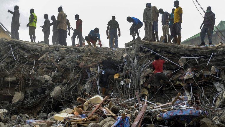 Reddingswerkers doorzoeken het puin van de ingestorte kerk in Lagos, Nigeria. Beeld epa