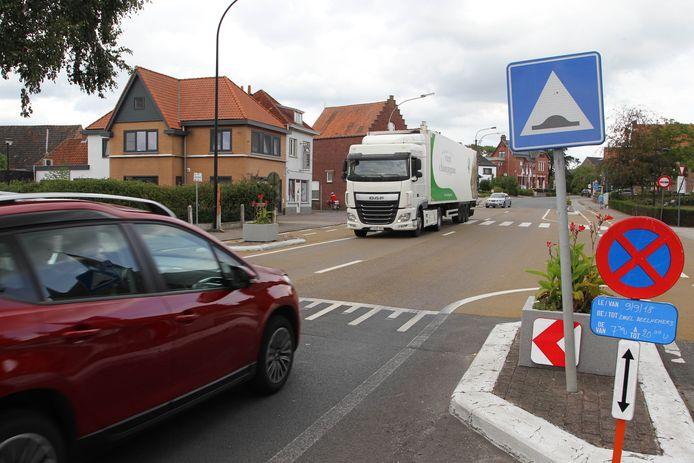 Vrachtwagens in het centrum van Ursel: het aantal zou binnenkort drastisch moeten verminderen.