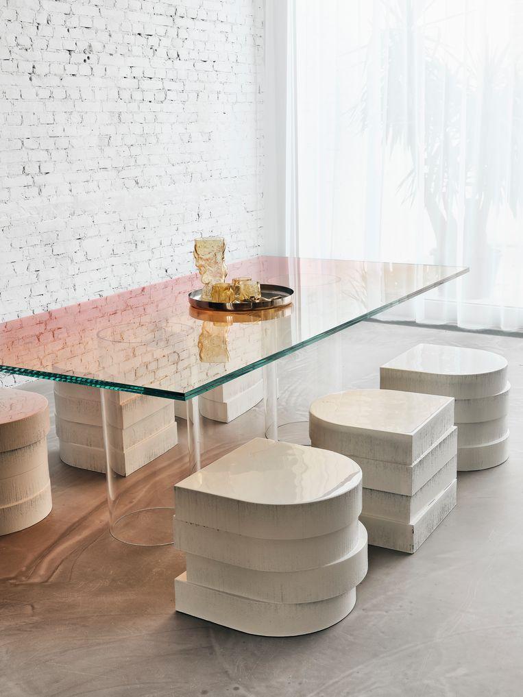De gekleurde glasplaat op tafel is een restje uit een van Sabines projecten. De krukken maakten zij en Paul zelf, van gestapelde schuimblokken en hars.  Beeld Christoffer Regild/Living Inside.