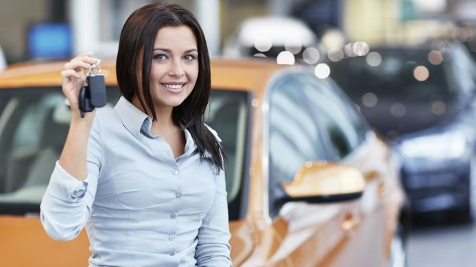 Door de afstandsbediening van je auto tegen je hoofd te houden, kun je gemakkelijker je auto terugvinden.