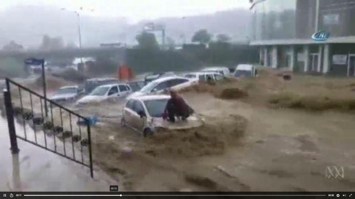 Eens het water weggetrokken, meten de stadsdiensten de schade op. Vernielde autowrakken staan kriskras door elkaar.
