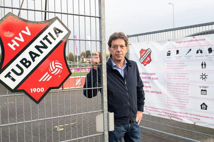 Voorzitter Gerard ter Hedde staat bij de poort van het voetbalcomplex van HVV Tubantia. Ivm nieuwe coronamaatregelen mogen ouders het terrein niet meer op. Ze komen wel de kinderen brengen om te trainen.