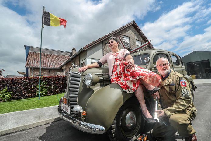 """Marijke en Danny bij een Dodge D5 uit 1937. """"Anderen geven hun geld uit aan buitenlandse reizen, wij besteden het liever aan onze collectie."""""""