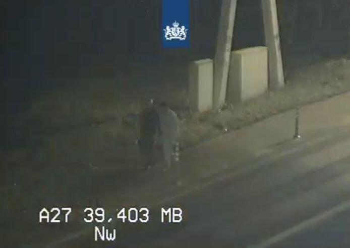 Twee voetgangers staken vrijdagavond de A27 over.