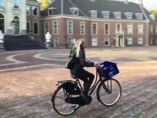 Prinses Ariane op de fiets naar eerste dag in de brugklas