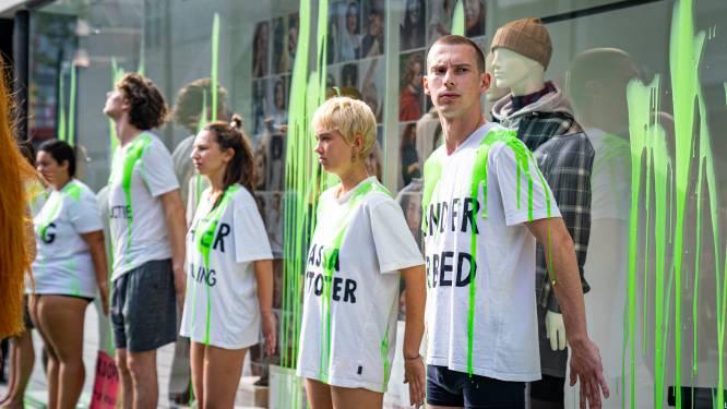 'Liegende' H&M doelwit van demonstranten: 'Klanten weten niet dat ze worden voorgelogen'