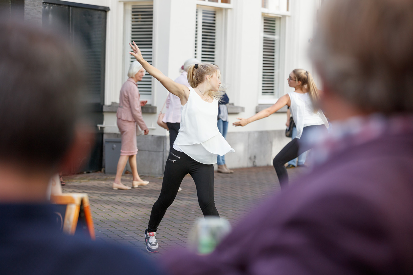 Roosendaal danst gewoon tussen het winkelend publiek op deze koopzondag door. Archieffoto: Marcel Otterspeer uit 2015  Roosendaal Danst in de binnenstad, en soms tussen het winkelend publiek op deze koopzondag.