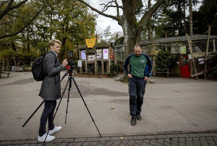 Verzorger Willem Verdonk van Dierenpark Amersfoort staat de pers te woord, nadat twee mannelijke chimpansees zijn doodgeschoten na een ontsnapping uit hun verblijf.   Beeld ANP