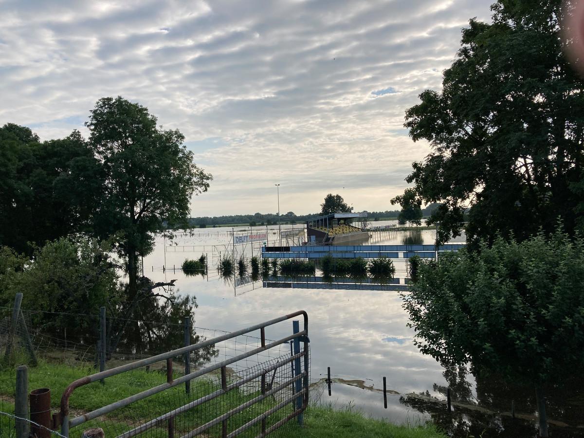 Voetbalvelden Wilhelmina'26 in Wijk en Aalburg onder water