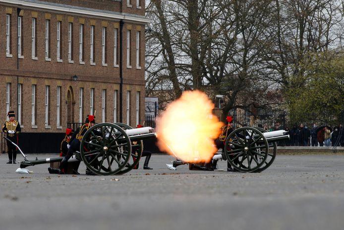 De Royal Horse Artillery brengt een saluut aan prins Philip bij de Woolwich-kazerne in Londen.