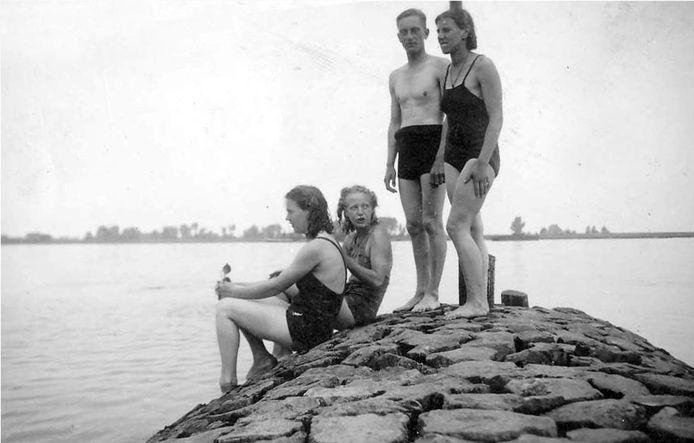 Aan het Woerkumse strandje juni 1940 (Collectie Ank Martens-Ruis)