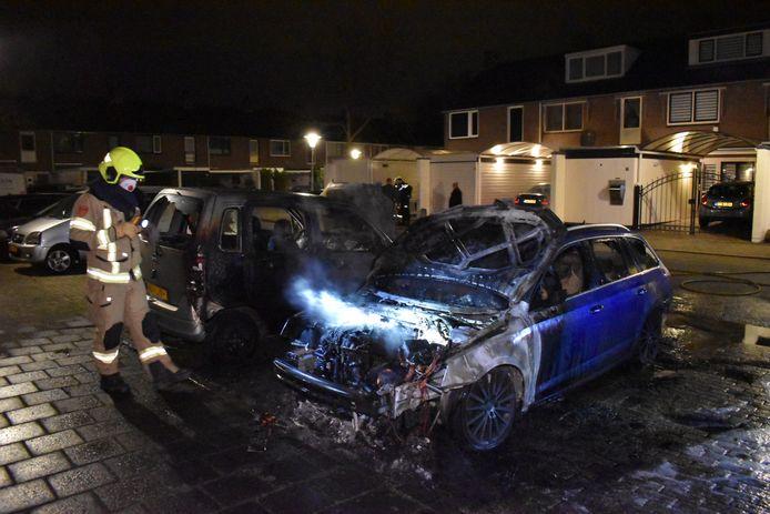 De auto's zijn verwoest door de brand in Arnhem.