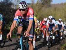 Van der Poel bewijst met kapot stuur ploegmaat Merlier een grote dienst in GP Le Samyn