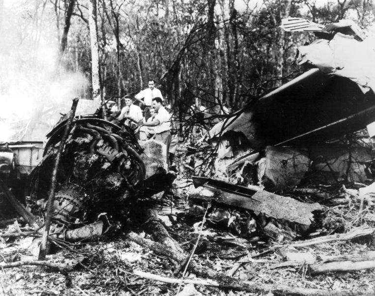 Onderzoekers bij het wrak van de 'Albertina', het vliegtuig met Dag Hammarskjöld. Beeld BELGAIMAGE