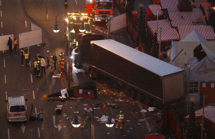 Amri rijdt aan 65 kilometer per uur over de kerstmarkt in Berlijn. Er vallen twaalf doden.