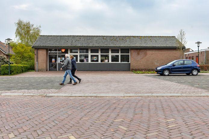 De bibliotheek in Sint Jansklooster. De huisvesting van deze locatie is een van de zaken waarop het bibliotheekbestuur wil besparen.