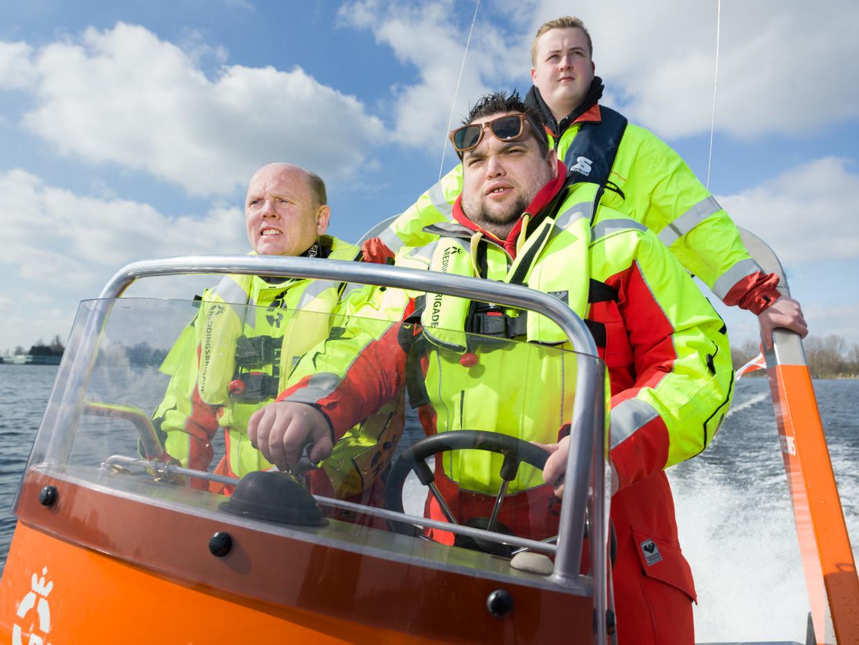 De Amsterdamse Reddingsbrigade op oefening. Van links af: Rogier Otten, Marcel Schollee, Milan van Wijk.  Beeld Ivo van der Bent