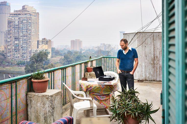 Fred Kramer van Radio Martiko beluistert op zijn terras in Caïro de vangst van de dag. Beeld Hannes Vandenbroucke