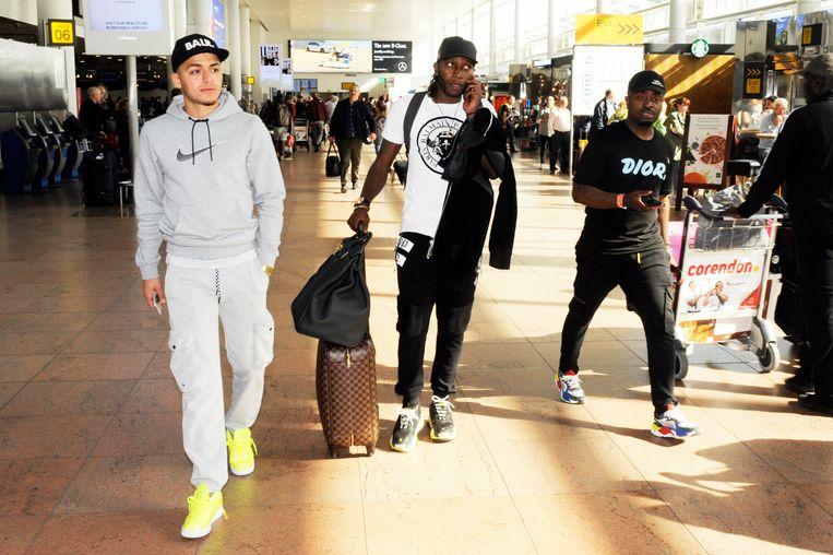 Dieumerci Mbokani, midden, op de luchthaven van Zaventem.